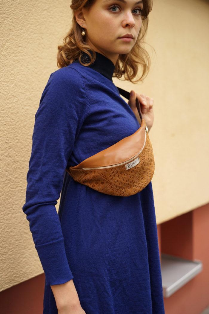 Braune Bauchtasche Boho von frisch Beutel getragen auf blauem Kleid