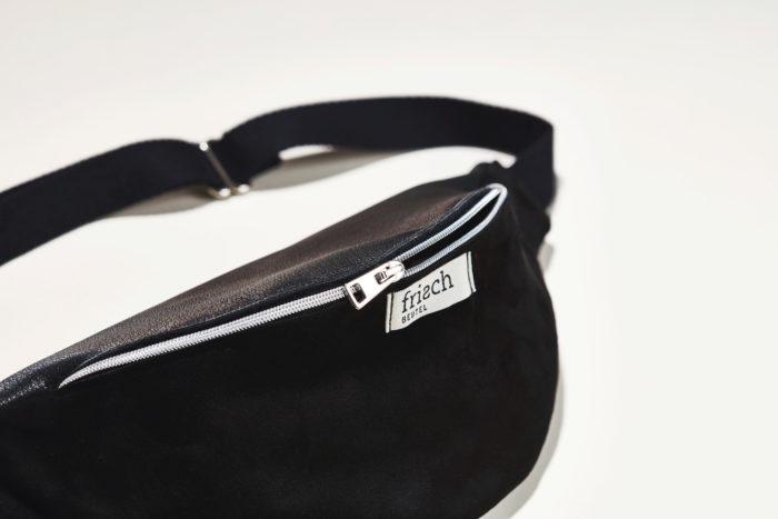Close up einer schwarzen Bauchtasche aus Leder von frisch Beutel