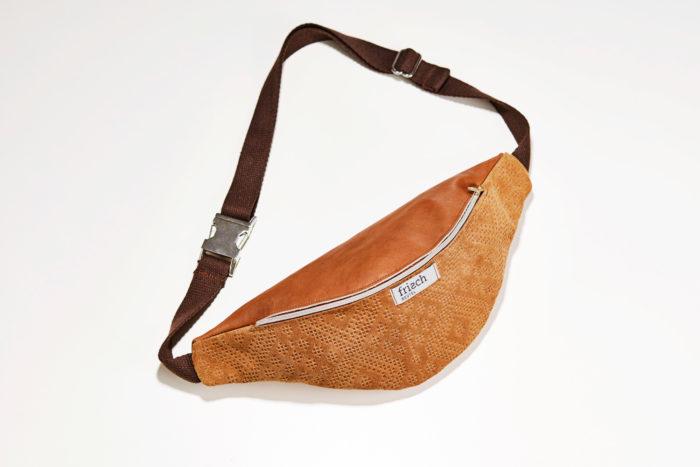 Produktfoto einer braunen Bauchtasche mit Boho Muster von frisch Beutel