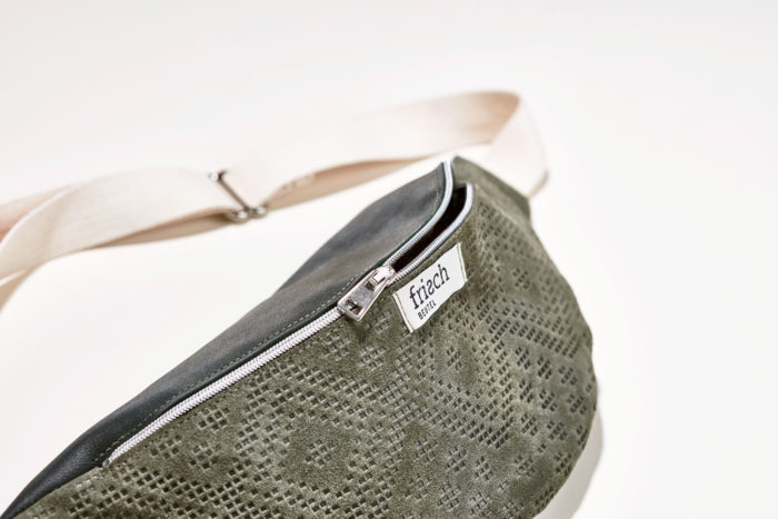 Close up einer Bauchtasche in grün aus geprägtem Leder