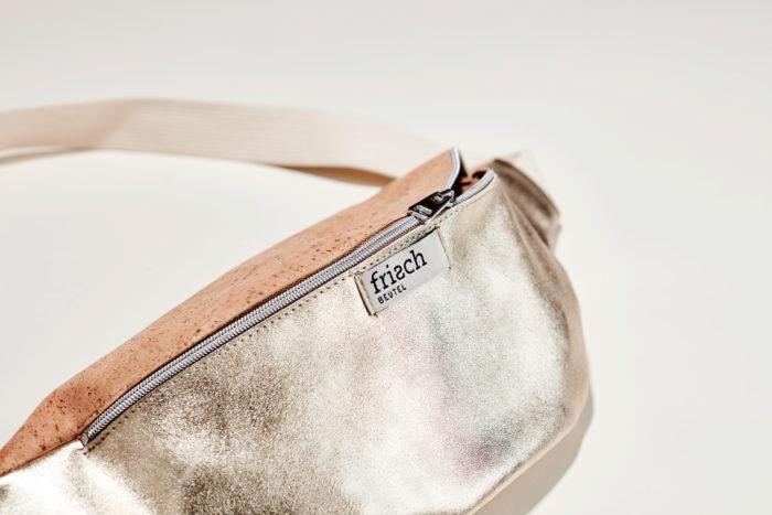 Close up einer Bauchtasche von frisch Beutel aus Kork und goldenem Leder