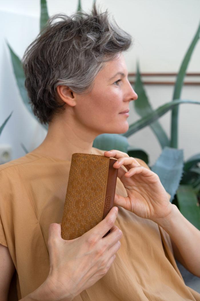 frisch Geldbeutel Boho aus braunem Leder mit Prägung gehalten von Model