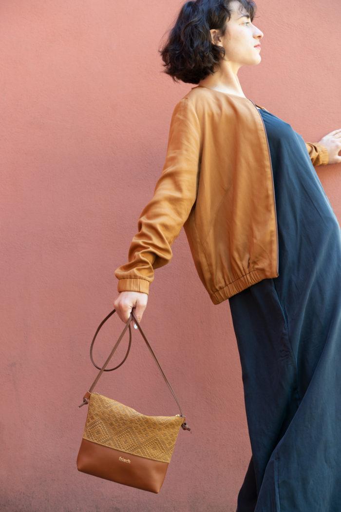 Model trägt braune Handtasche aus Leder von frisch Beutel
