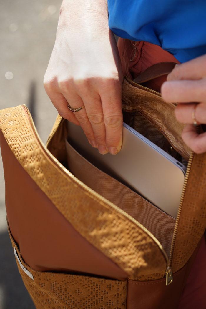 Close up Laptopfach in braunem Rucksack mit Muster Prägung