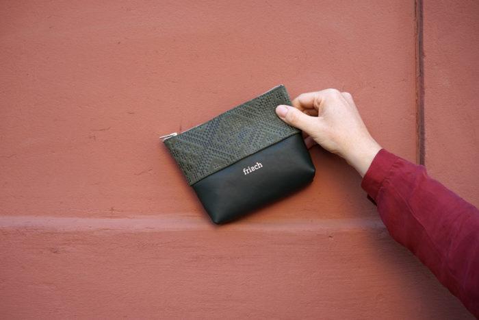frisch Beutel Etui in dunkelgrün mit geprägtem Leder