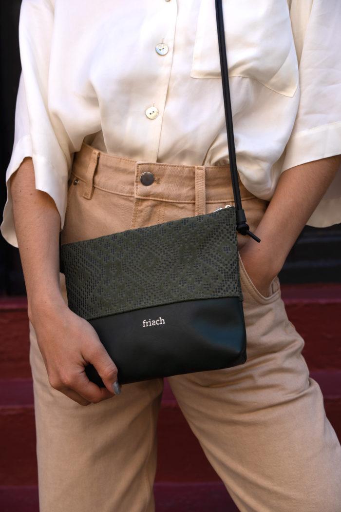 Kleine Handtasche in dunkelgrün mit Muster geprägt