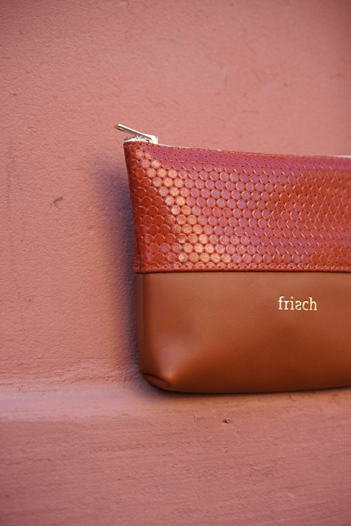 Close up kleines Lederetui von frisch aus braunem und rotem Leder