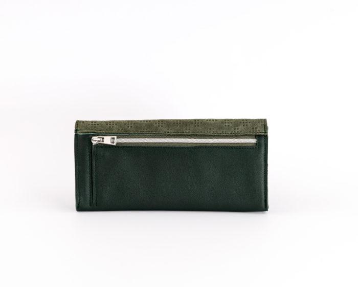 Rückseite eines grünen Geldbeutels mit Münzfach mit Reißverschluss