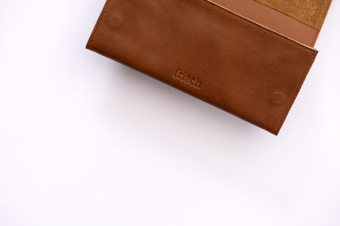 Nahaufnahme brauner Geldbeutel Boho von frisch Beutel mit Logo Prägung