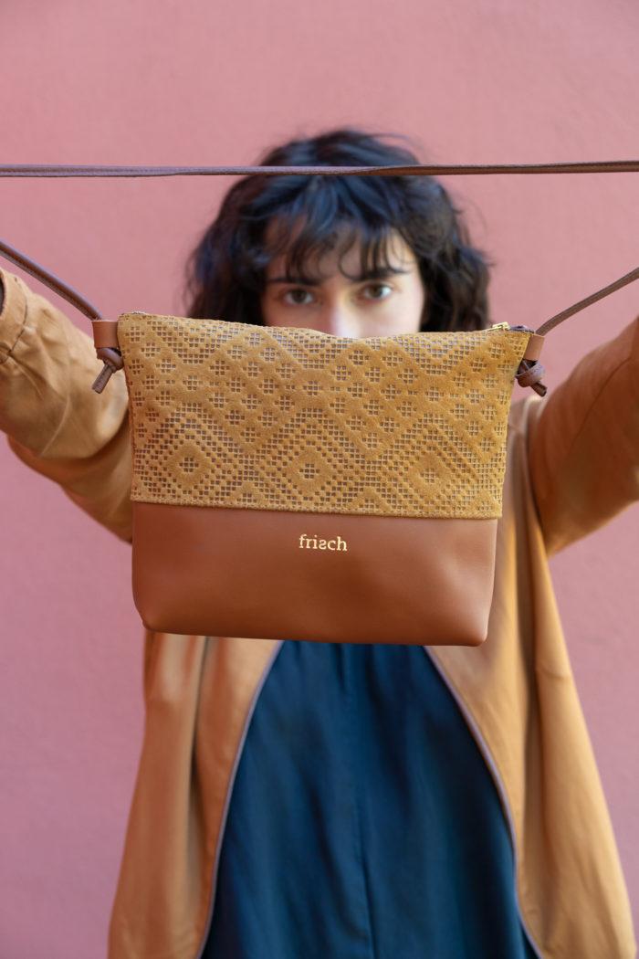 Model präsentiert Boho Ledertasche für Damen