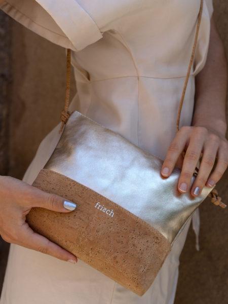Close up einer Korktasche mit goldenem Leder von frisch Beutel