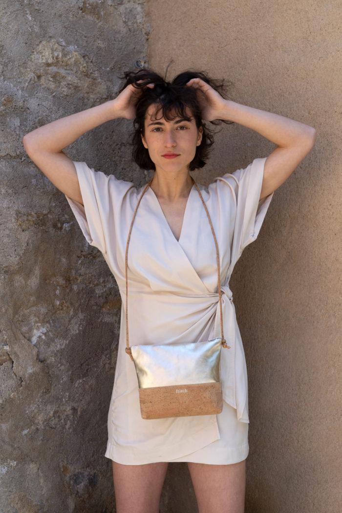 Model im Kimono mit kleiner frisch Handtasche aus Kork und Metallic Leder