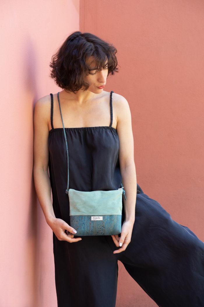 Model trägt frisch Tasche aus Kork und Leder in mint