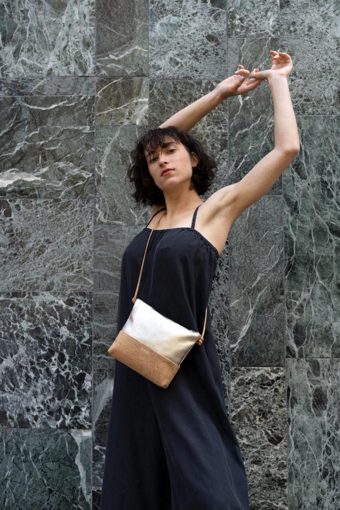 Model zeigt frisch Beutel Tasche aus Kork und Leder in Gold