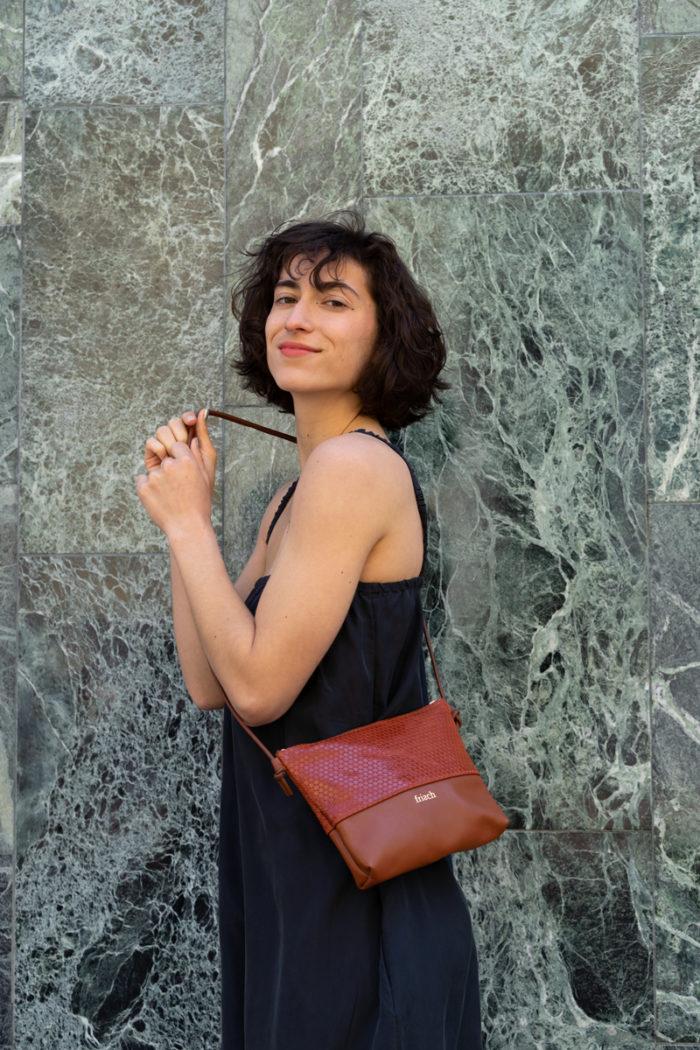 Model trägt frisch Beutel Tasche aus Leder in rot