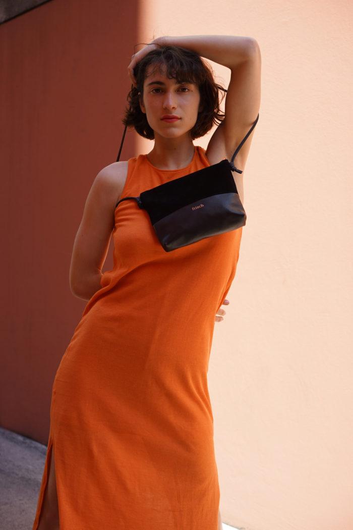 Model trägt frisch Beutel Handtasche in schwarz mit Kupfer