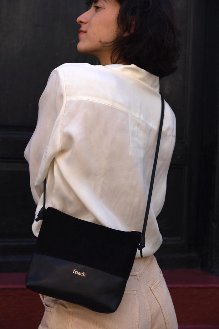 Model mit kleiner schwarzer Handtasche von frisch Beutel