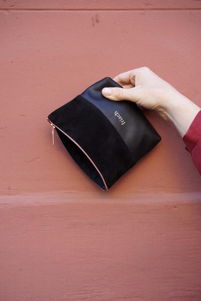 Kleiner frisch Beutel in schwarz mit Kupfer Prägung und Reißverschluss