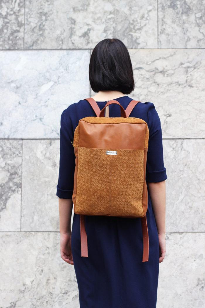 Lederrucksack mit Boho Muster von frisch Beutel getragen von Model