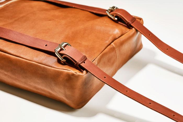 Close up Rucksack Boho aus braunem Leder mit Lederträger