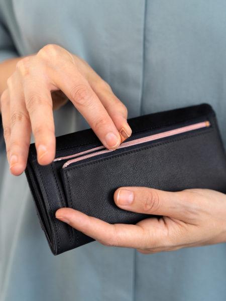 Geldbörse aus schwarzem Leder mit Reißverschluss in Kupfer