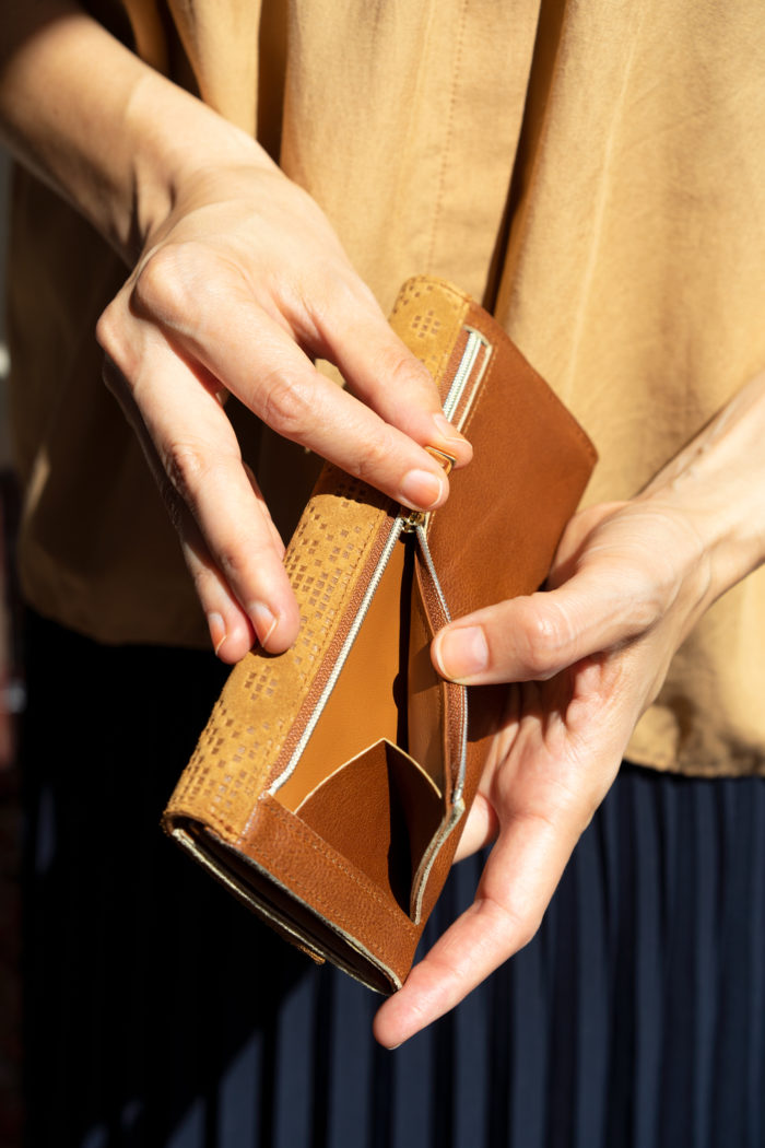Brauner Geldbeutel aus Leder mit einem großen Münzfach mit Reißverschluss