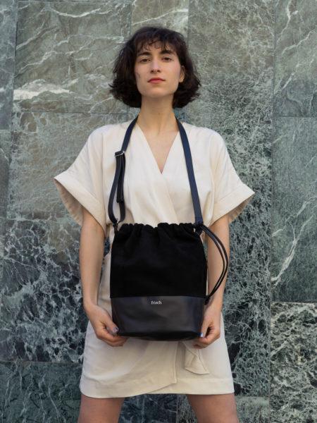 Lederbeutel zum Umhängen für Damen in schwarz präsentiert von Model in Kimono