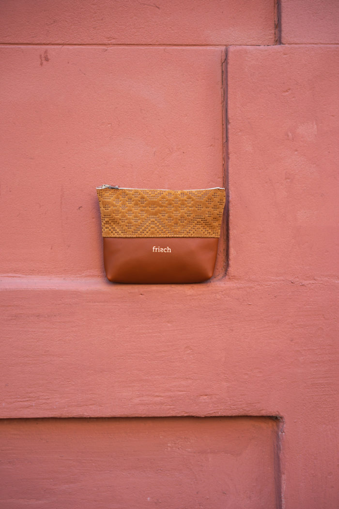 Kleiner Beutel Boho von frisch Beutel vor roter Wand
