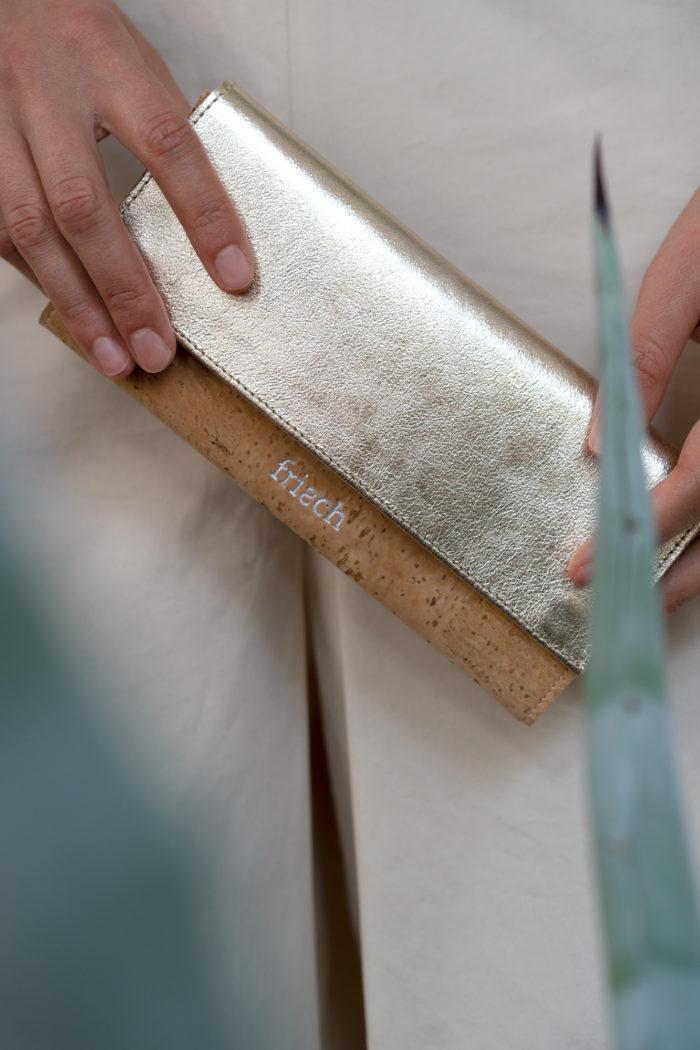 Hände halten schicke Damenbörse aus Leder und Kork mit frisch Prägung