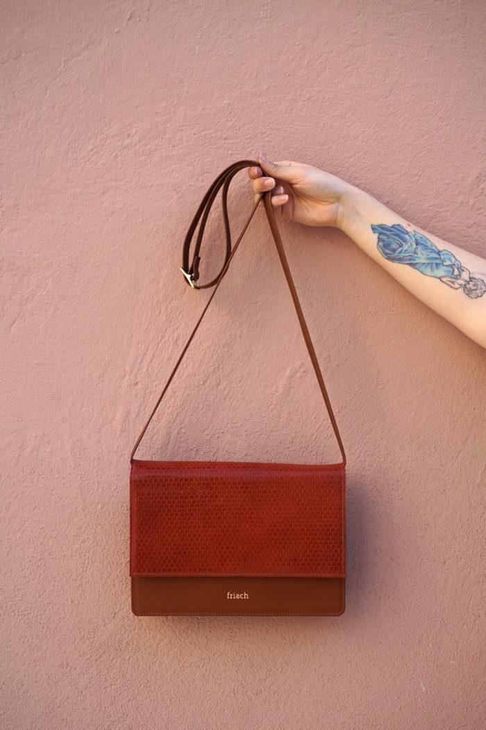 Handtasche mit Klappe aus braunem Glattleder und geprägtem Leder von frisch Beutel
