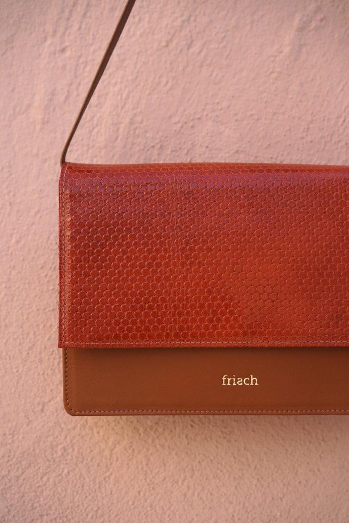 Handtasche aus braunem Leder und geprägtem Leder in rostrot von frisch Beutel