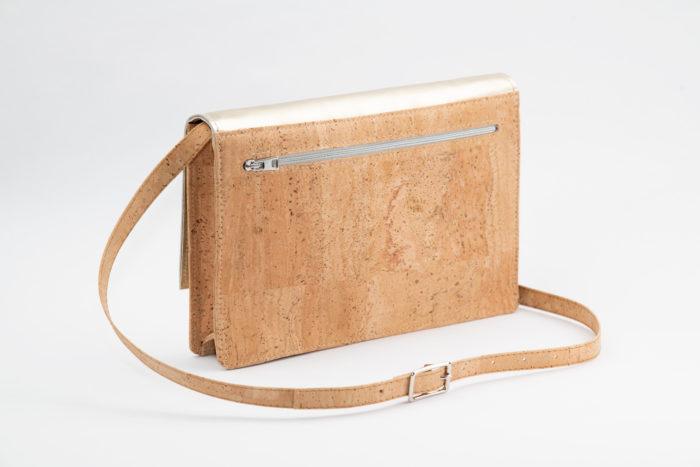Rückseite einer schicken Korktasche mit Reißverschluss und Träger mit Silberschnalle