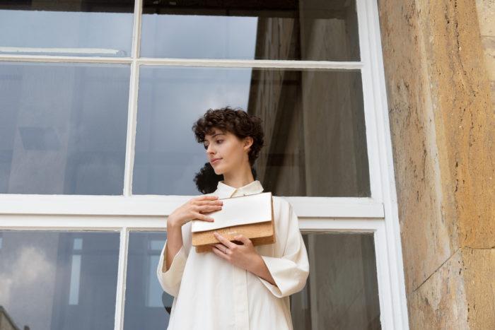 Model vor Fenster mit schicker frisch Beutel Clutch aus Kork und Leder