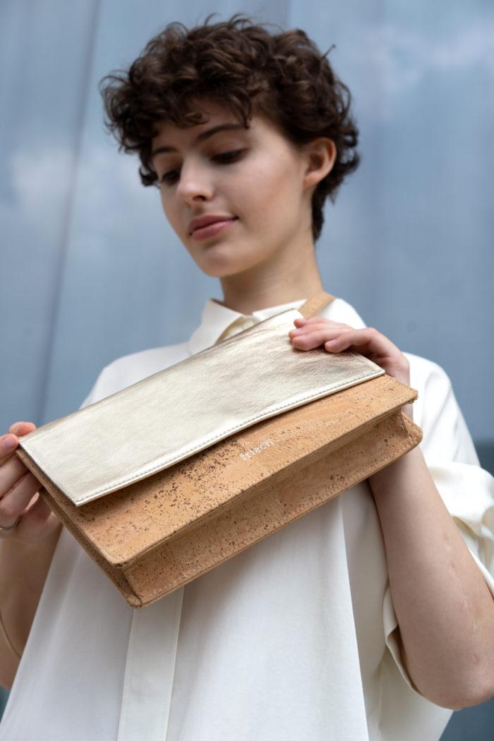 Handtasche zum Umhängen oder als Clutch aus Kork und goldenem Leder von frisch Beutel
