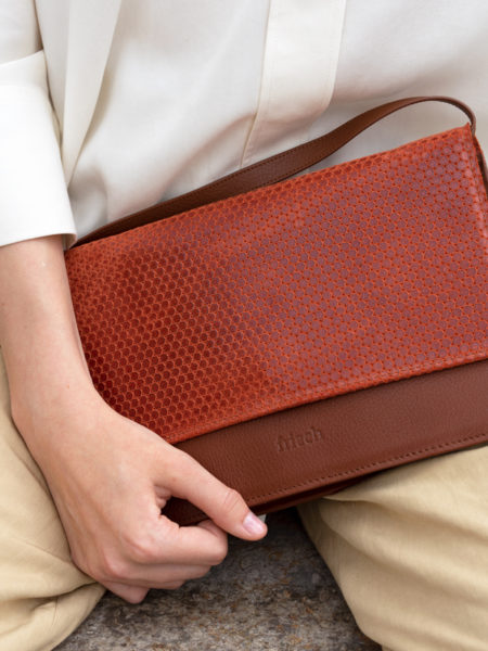 Handtasche Cadiz aus geprägtem Leder in rot mit leichtem Glanz und braunem Glattleder