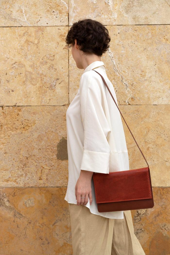 Umhängetasche aus Leder von frisch Beutel in rostrot und braun getragen von Model