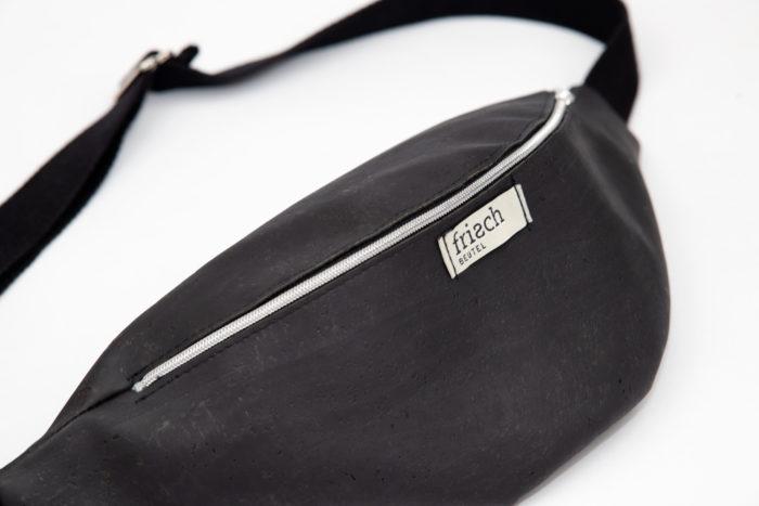 Close up einer Bauchtasche in schwarz aus Kork von frisch Beutel