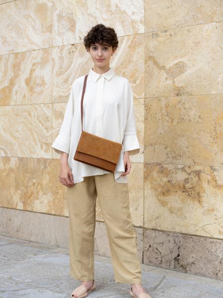 Model trägt frisch Tasche zum Umhängen in braun mit wunderschöner Boho Prägung