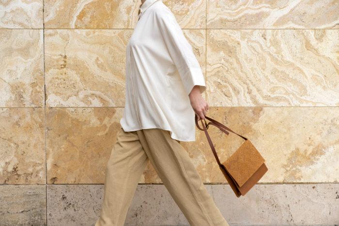 Dame mit Handtasche in Retrooptik aus braunem Leder mit Boho Prägung