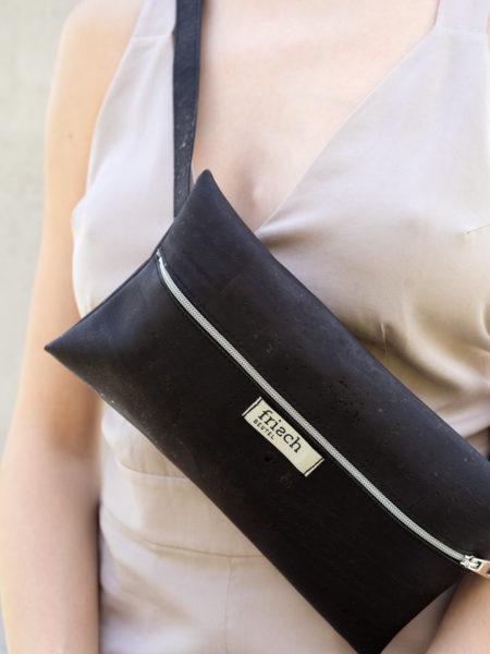 Close up einer Gürteltasche von frisch Beutel aus schwarzem Kork