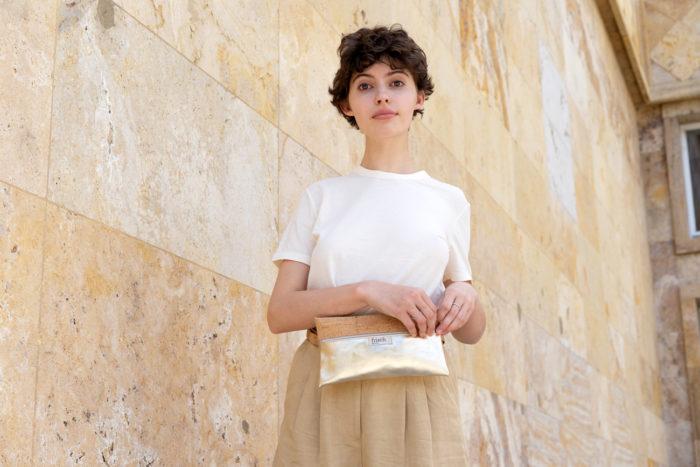 Model mit frisch Beutel Gürteltasche aus Leder in gold und Kork