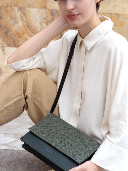 frisch Beutel Tasche mit Klappe zum Umhängen in dunkelgrün und Muster