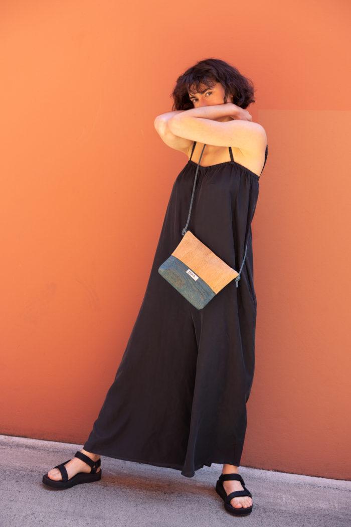 Model trägt vegane Handtasche aus Kork von frisch Beutel
