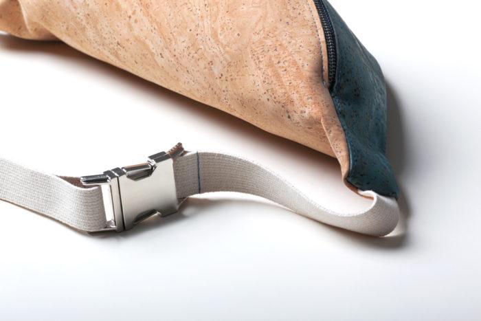 Detail einer Bauchtasche aus Kork mit Silberschnalle und hellem Baumwollband