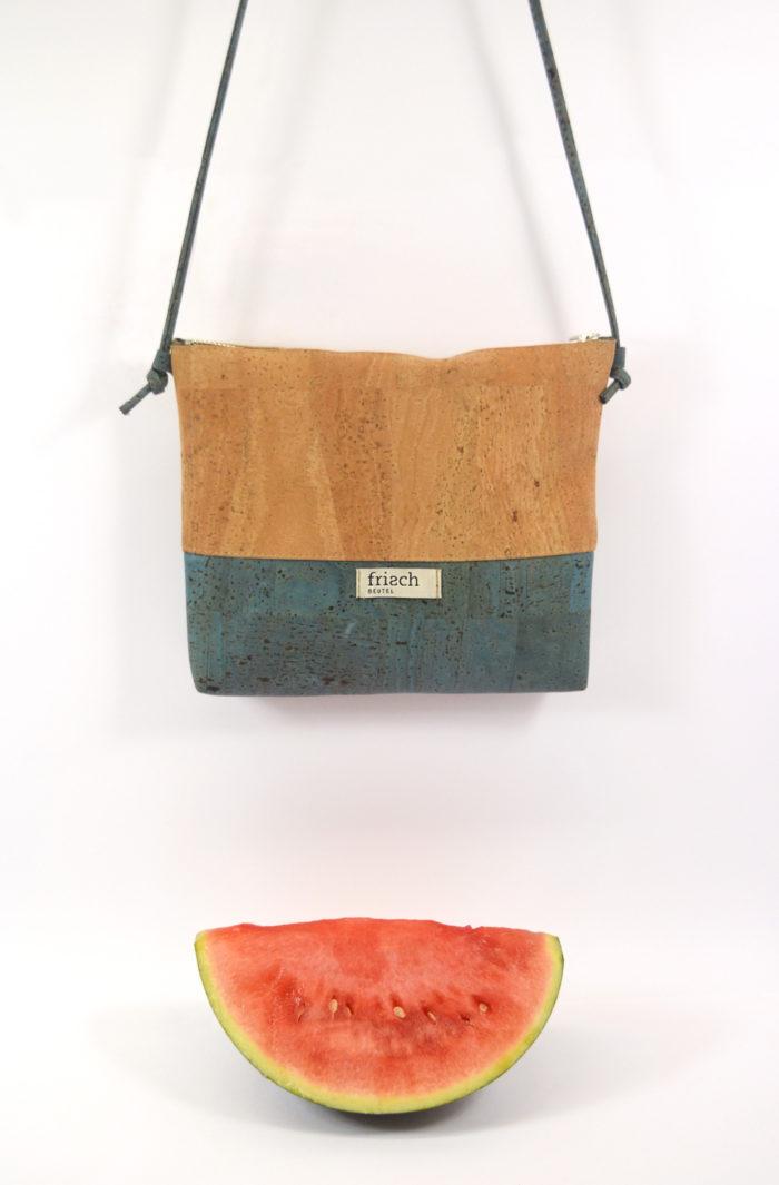Kleine vegane Handtasche aus Kork in Natur und türkis mit Wassermelone