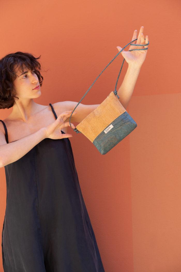 Model trägt Korkhandtasche in Natur und türkis von frisch Beutel