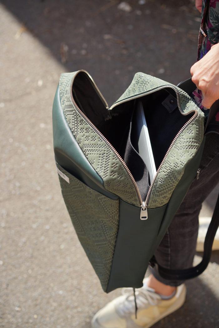Innentasche Laptopfach in dunkelgrünem Rucksack von frisch Beutel