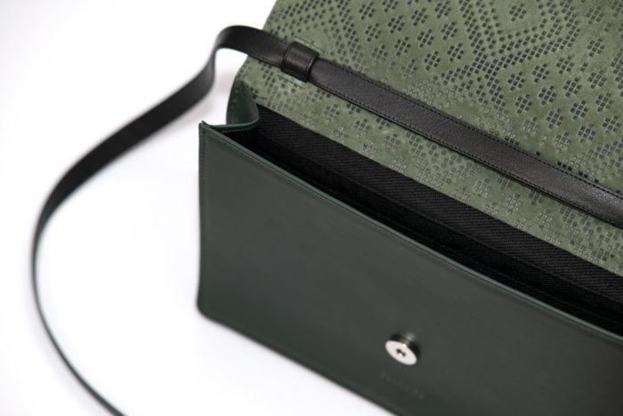 Innenfächer einer grünen Ledertasche mit schönem Muster