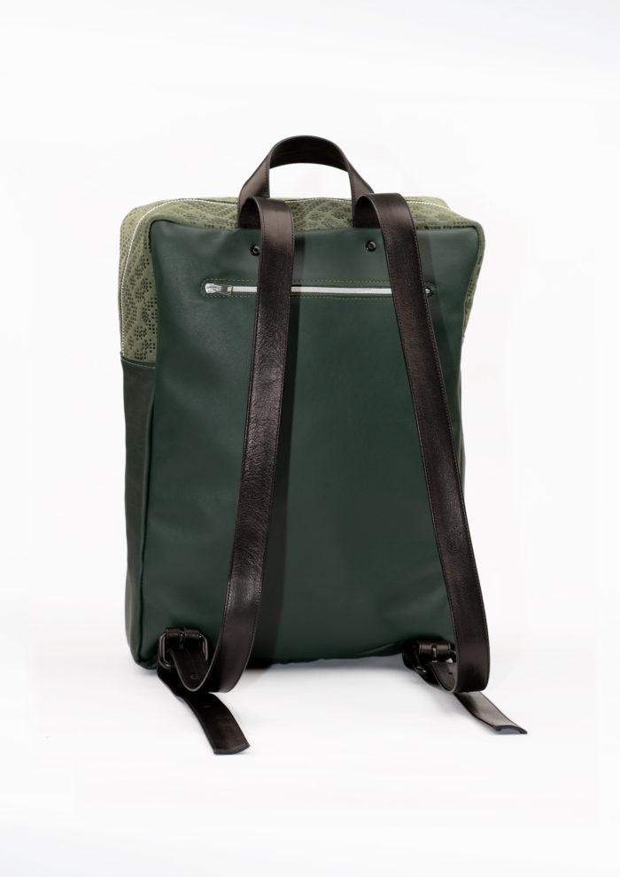 Praktischer Rucksack mit Reißverschlussfach und verstellbaren Trägern aus grünem Leder