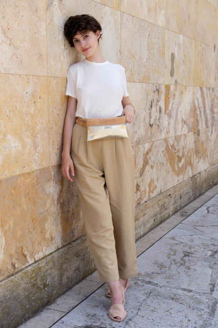 Model trägt Gürteltasche um die Hüfte aus Kork und Metallic Leder von frisch Beutel